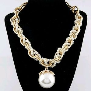 Jewelry - 💓Statement pearl necklace 💓